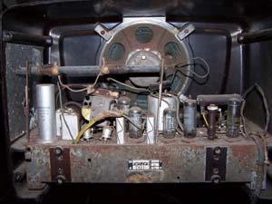 Componentes no interior de um rádio valvulado aberto